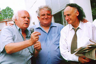 Nicolae Mischie (centru) inpreuna cu Grigore Vieru (dreapta)